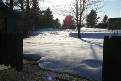 Snö på gräsmattan..