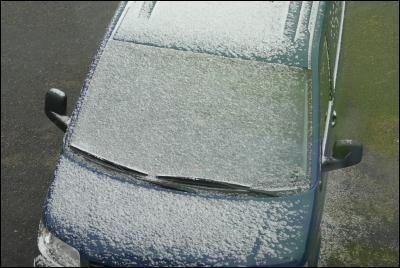 Bilen vit av snö!