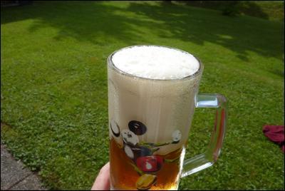 Öl (Jämtländska Hell) på gräsmattan i nästan-solen