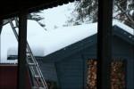 Snön tung på taken.
