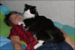 Här ligger en systerson och en katt vid namn Kajsa.