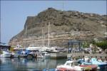 Del av hamnen med små fiskebåtar.