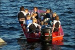 11 st ut i ena båten för start längre bort.