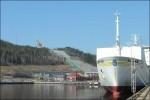 M/s Gute kvar i hamnen och hoppbacken tornar upp bakom.