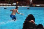 Tillbaka vid poolen där jag ser P hoppa i.