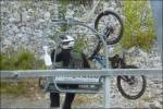 Det åks cykel med utför berget.